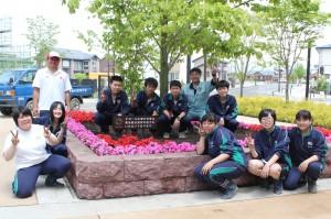 花壇の前で記念撮影